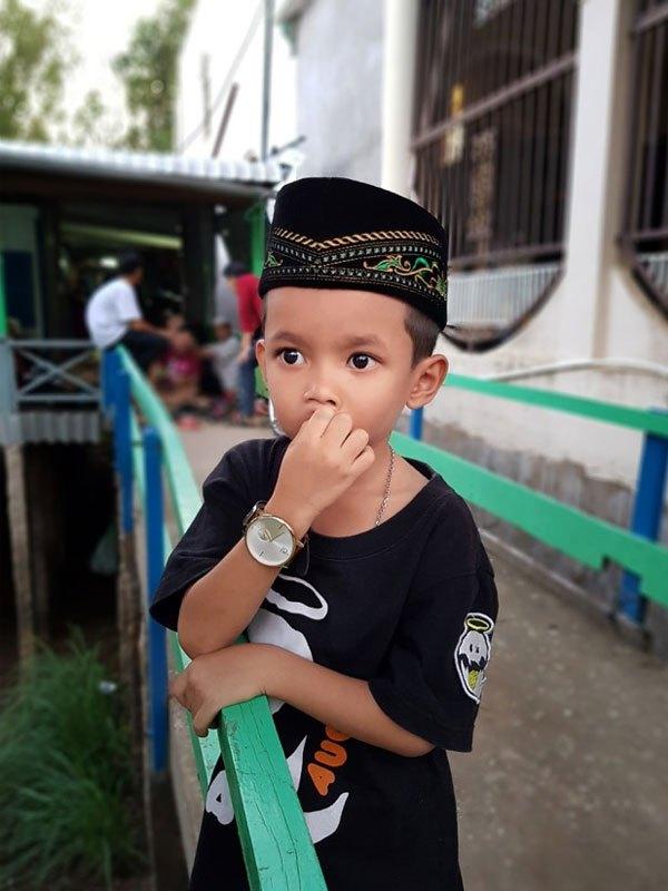 Cậu bé An Giang nổi bật với đôi mắt to tròn xoe được bắt trọn với camera điện thoại Galaxy S8