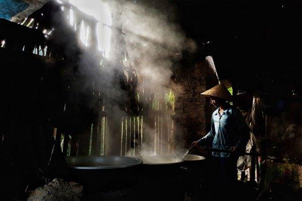 Hình ảnh chụp những mẻ đường thốt nốt chuẩn bị ra lò trên bếp lửa nghi ngút khói được camera S8 ghi lại vô cùng ấn tượng và không thua kém gì một máy ảnh chuyên dụng.