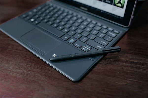 Bàn phím và bút S Pen chuyên dụng đi kèm với chiếc máy tính bảng Galaxy Book
