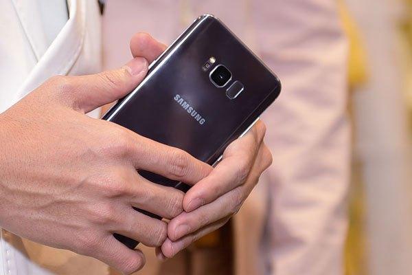 Thông số cấu hình mạnh mẽ cùng bảo mật cao của điện thoại Galaxy S8 Plus Tím Khói vẫn tương tự như model trước