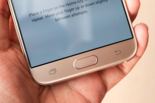 Cảm biến vân tay tiếp tục tích hợp ở phím Home của chiếc điện thoại Galaxy J7 Pro