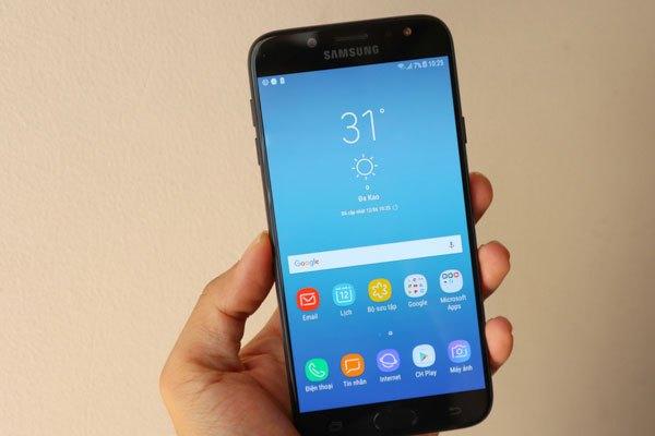 Điện thoại Galaxy J7 Pro sở hữu giao diện Samsung Experience mới, biểu tượng App Drawer để bật menu ứng dụng không còn trên màn hình nữa.