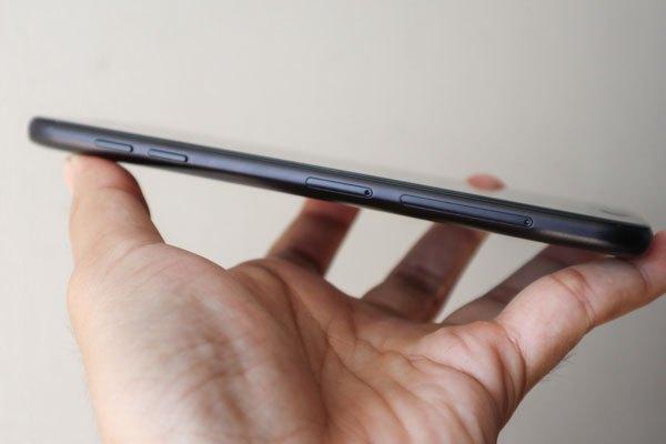 Cạnh trái điện thoại Galaxy J7 Pro là khay SIM và thẻ nhớ Micro SD.