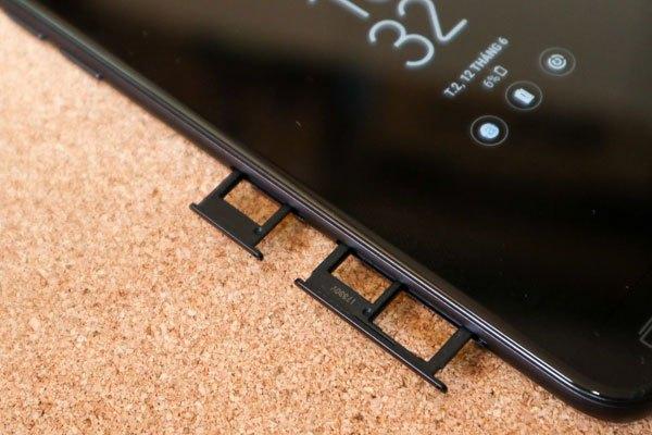 Trong đó, khay nhỏ phía trên điện thoại Galaxy J7 Pro là để đặt SIM 1 (Nano SIM), khay thứ 2 đặt SIM 2 và Micro SD.