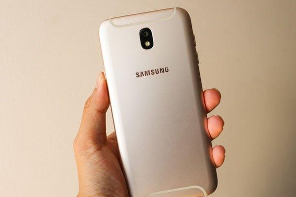 Mặt lưng điện thoại Galaxy J7 Pro sở hữu màu vàng pha với ánh bạc.