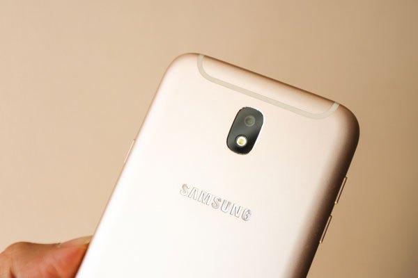 Điện thoại Galaxy J7 Pro được trang bị camera sau 13 MP với khẩu độ F/1.7