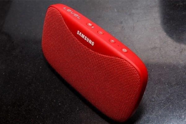 Loa Bluetooth Samsung Slim với màu đỏ nổi bật