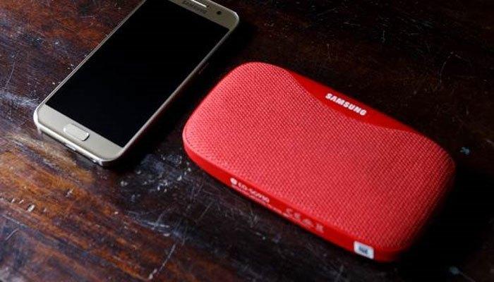 Loa Bluetooth Samsung Slim tặng kèm khi mua điện thoại Samsung Galaxy A3 2017 không chỉ mang lại âm thanh sống động mà còn có khả năng chống nước hiện đại