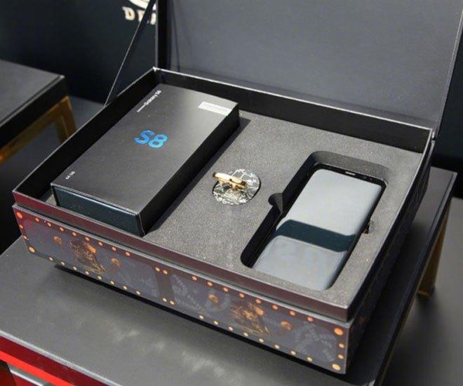 Hộp điện thoại Galaxy S8 với thiết kế phong cách hộp kho báu vô cùng lạ mắt