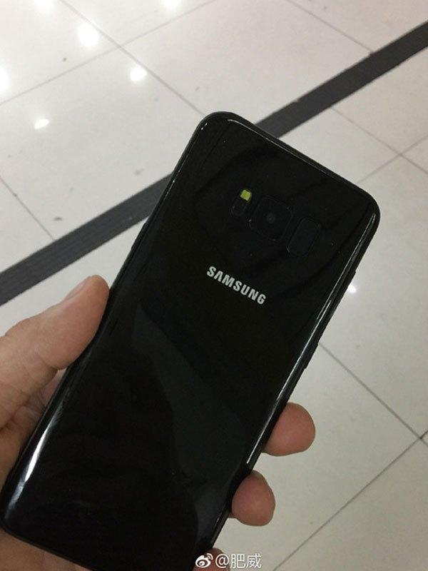 Màu đen bóng được trang bị trên điện thoại tương tự như S7 edge