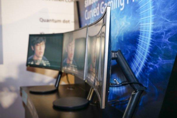 Hiện tượng mờ ảnh hay nhòe hình đươc hạn chế với màn hình máy tính cong samsung