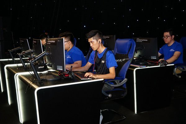 Game thủ được trải nghiệm chơi game chân thực với màn hình máy tính cong