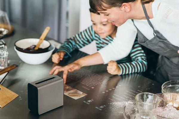 Máy chiếu Sony Xperia Touch có hình dạng như ổ cứng và có khả năng biến mặt bàn thành màn hình cảm ứng