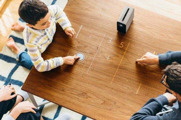Máy chiếu Xperia Touch biến mặt phẳng thành màn hình cảm ứng giúp bạn và con cái cùng nhau trải qua thời gian giải trí vui vẻ hơn