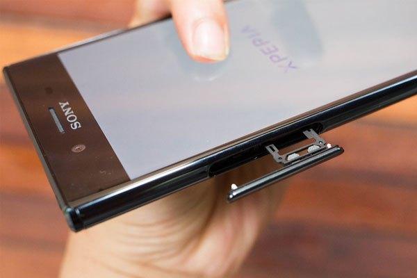 Điện thoại hỗ trợ 2 sim với khe cắm sim thứ hai cũng là khe cắm thẻ nhớ.