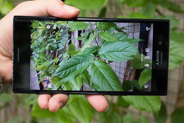 Sự cao cấp của chiếc điện thoại Xperia XZ Premium còn thể hiện qua camera chính với độ phân giải 19 megapixel cùng công nghệ Motion Eye, camera selfie với cảm biến 13 megapixel và ống kính f/2.0
