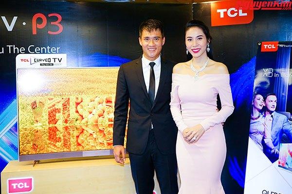 Cặp vợ chồng nghệ sĩ Công Vinh - Thủy Tiên bên cạnh mẫu tivi thông minh TCL P3