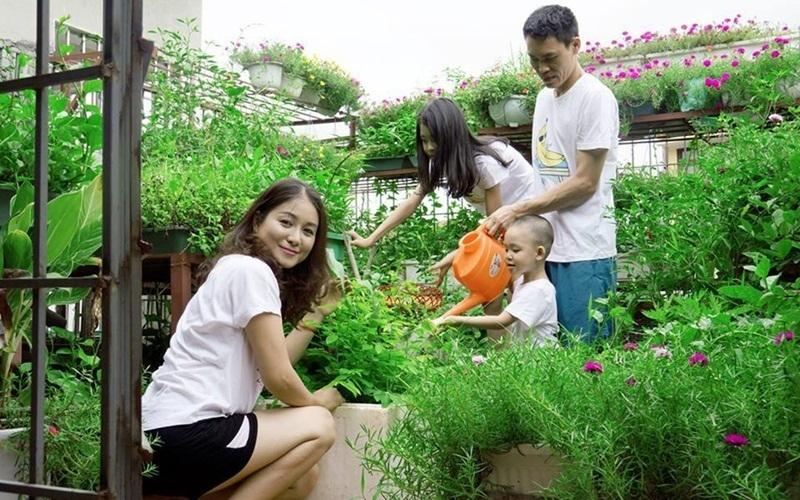 Tận hưởng buổi sáng yên bình với việc chăm sóc vườn cây cùng cả nhà