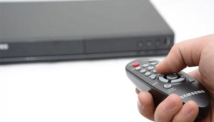 Kiểm tra lại remote của đầu đĩa còn pin không bạn nhé!