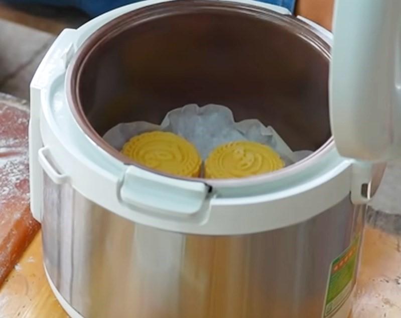 Nướng bánh Trung Thu bằng nồi cơm điện