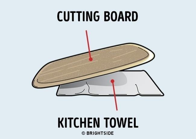 Chiếc thớt sẽ cố định hơn nếu lót một chiếc khăn bên dưới
