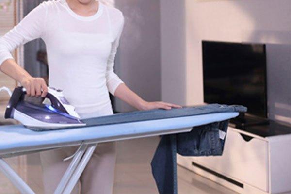 Dùng bàn ủi ủi phẳng lại là khôi phục lại nguyên vẹn cho quần jean