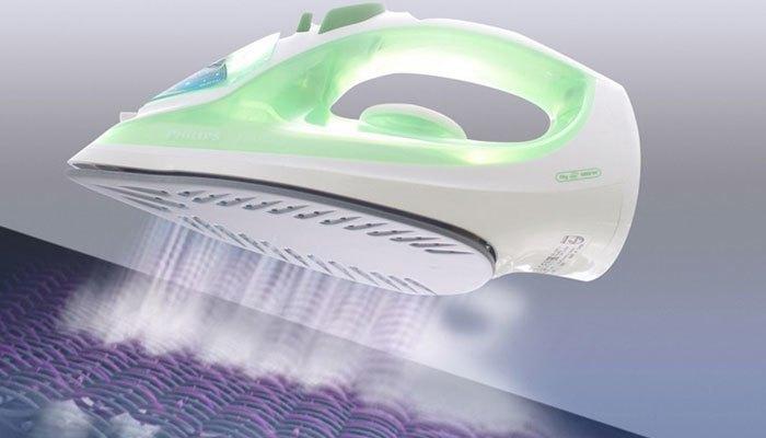 Dùng bàn ủi hơi nước để ủi thẳng hơn