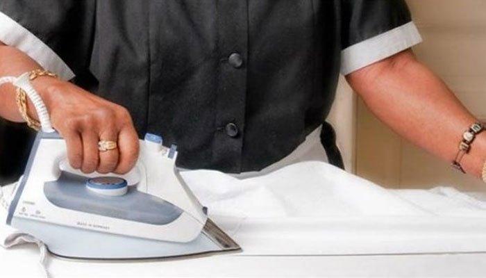 Khì dùng bàn ủi làm phẳng quần áo, bạn cần ủi theo đường thẳng để không nhăn