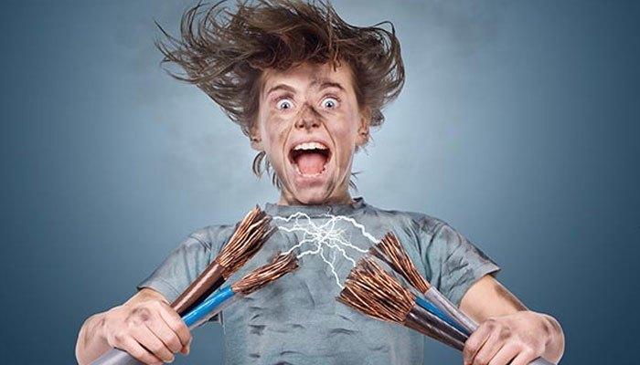 Cắm điện bình siêu tốc khi tay ướt có nguy cơ bị giật