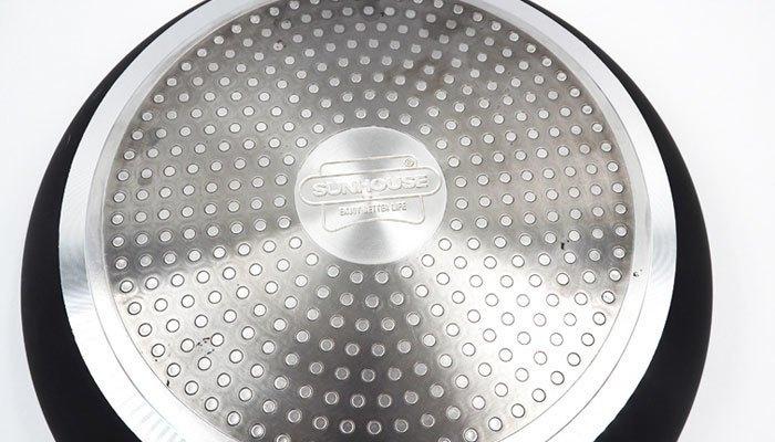 Chọn những loại chảo phẳng, hình tròn và ít họa tiết để không làm trầy mặt bếp