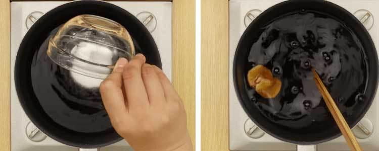 Cho tiếp nguyên liệu làm gà xá xíu vào chảo chống dính, rồi bật bếp gas nấu sôi