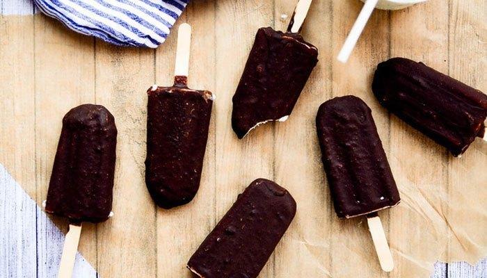 Bạn có thể áp dụng cách này để làm kem que socola