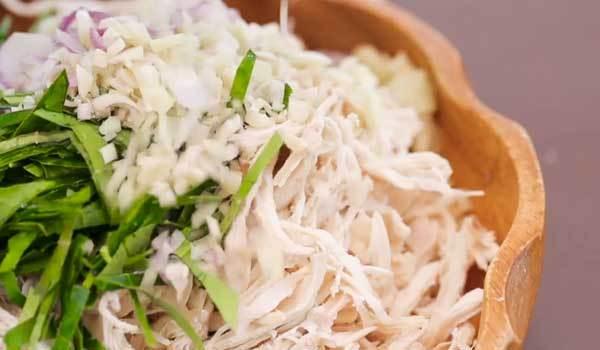 Để có món khô gà lá chanh thơm ngon, bạn ướp gà với các loại gia vị trong 30 phút