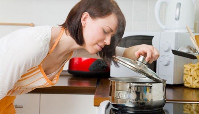 Tập trung nấu ăn khi nấu trên bếp gas bạn nhé!