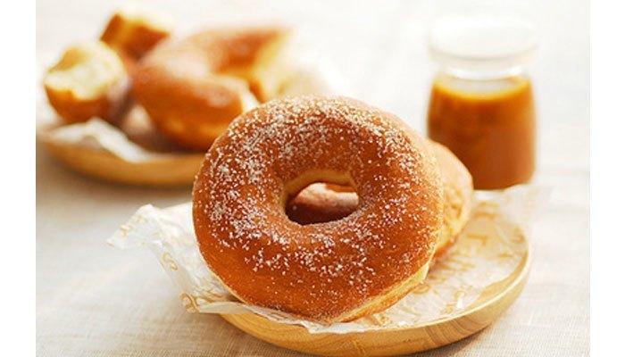 Lấy bánh donut ra khỏi chảo chống dính, lăn qua bột đường và tặng nàng làm quà 8/3 thôi!