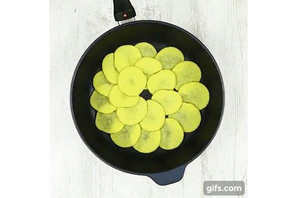 Cắt khoai tây cho lên chảo chống dính