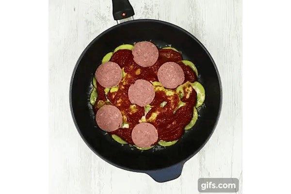 Cho thêm thịt xông khói vào