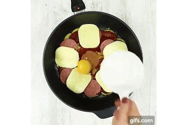 Cuối cùng cho trứng vào vào đậy nắp chảo chống dính lại