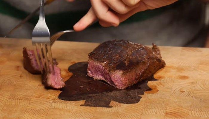 Thành quả của miếng thịt được nướng từ bàn ủi