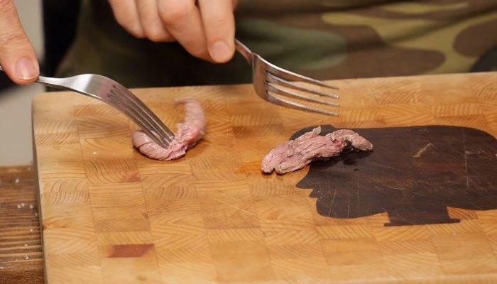 Làm thịt bò trong bụng gà nướng