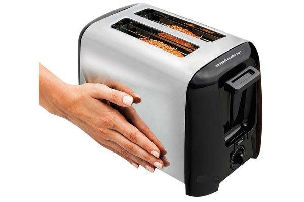 Dùng khăn ẩm lau bên ngoài máy nướng bánh mì