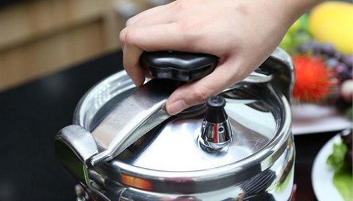 Khi nấu ăn trên bếp gas, bếp điện bạn không nên mở nắp nồi thường xuyên
