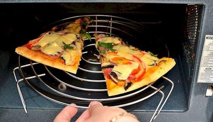 Hâm bánh pizza với lò nướng để giữ được độ giòn