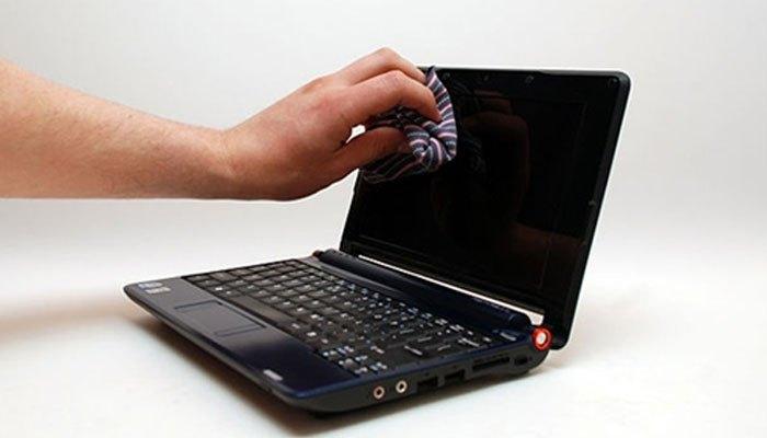 Cần lau màn hình laptop bằng dụng cụ và nước rửa chuyên dụng