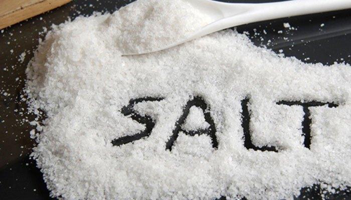 Cho muối vào máy giặt làm sáng áo