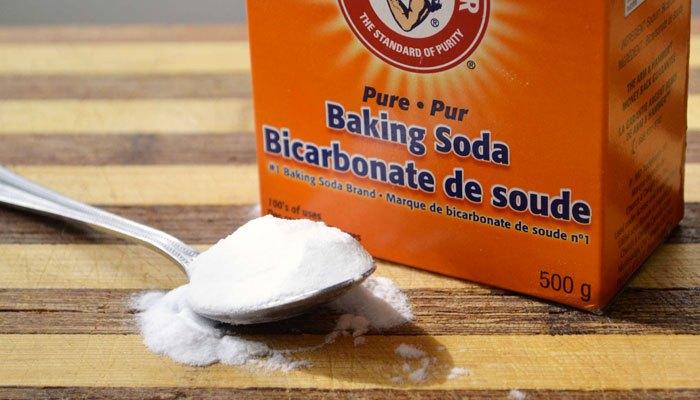 Cho baking soda vào máy giặt làm sáng áo