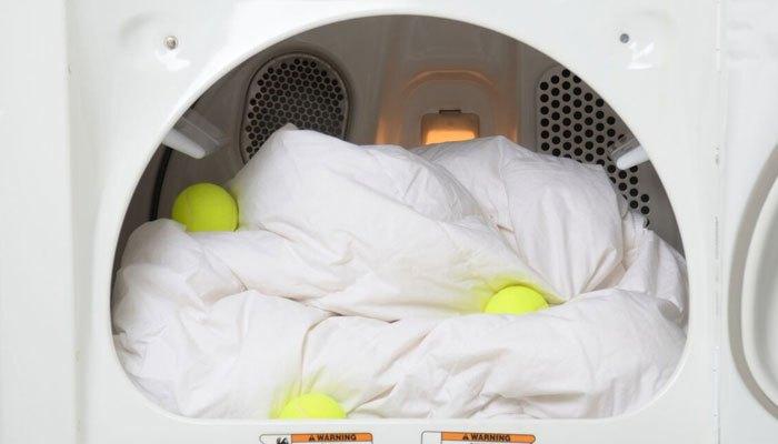 Bỏ bóng tennis vào máy giặt
