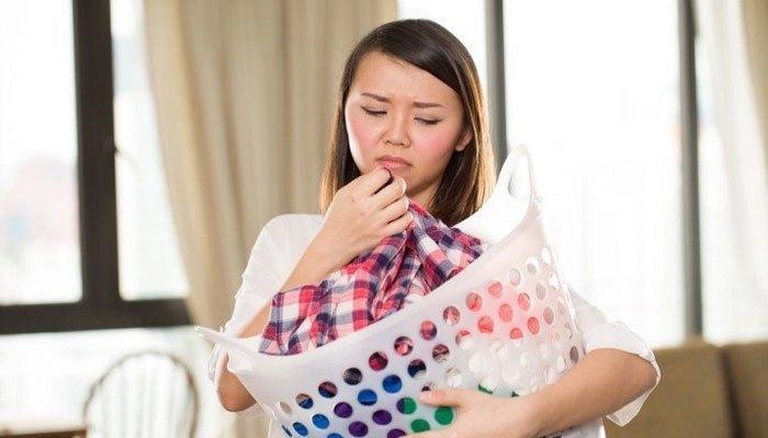 Máy giặt có mùi hôi sẽ bám vào quần áo
