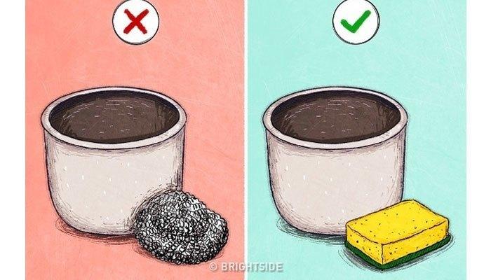 Khi rửa, bạn không nên dùng miếng cọ bằng kim loại vì nó rất dễ gây bong lớp chống dính, gây ung thư mỗi khi dùng đấy!