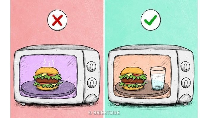 Khi bỏ một thực phẩm nhẹ vào lò vi sóng, hãy cho kèm một cốc nước. Nước sẽ hấp thụ một số bức xạ và đảm bảo cho thức ăn lẫn thiết bị.